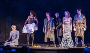 Ensemble - Das meinte ich mit merkwürdige Kostümwahl... Foto: Marianne Menke