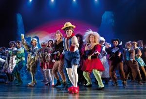 Das unglaublich kostümierte Ensemble ist eindrucksvoll. Foto: Jens Hauer