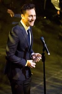 Tom Hiddleston nimmt den Award für das Best Play Revival entgegen. Foto: Peter Gibbons