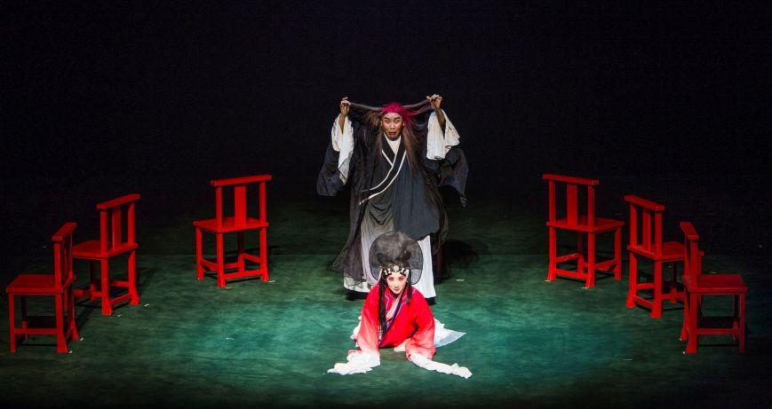 Goethe mal anders im Theater am Marientor, Duisburg. Faust (Liu Dake) realisiert die Tragödie als Gretchen (Zhang Jiachun) zum Tode verurteilt wird.